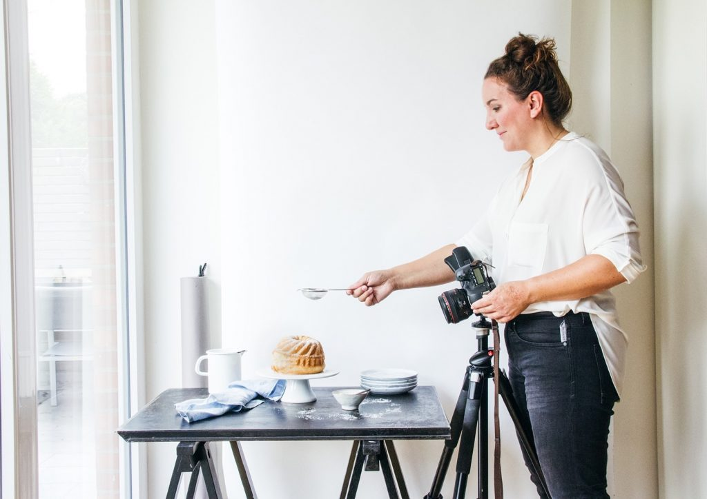 Lisa Nieschlag bei der Arbeit: Food-Fotografie mit natürlichem Licht