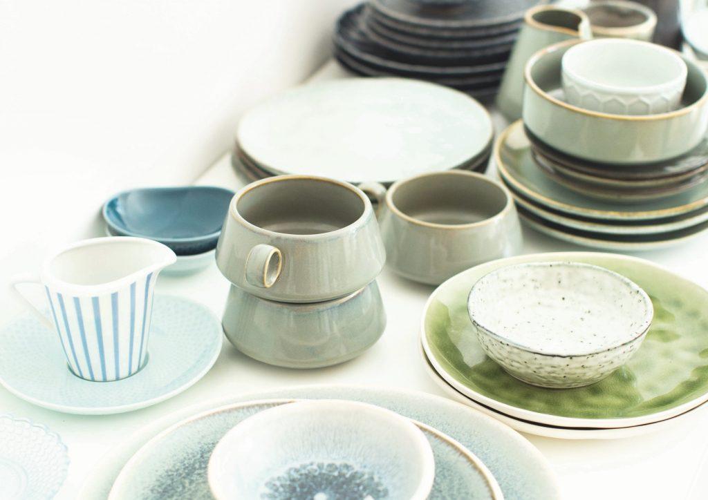 Keramik, Untergründe, Teller & Tassen: Requisiten für die Food-Fotografie spielen immer eine große Rolle. Lisa Nieschlags Fundus an Requisiten ist beachtlich. So hat sie für jede Stimmung die passenden Requisiten parat.