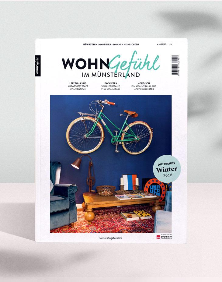 Wohngefühl Titel mit einem Fotomotif eines Fahrrads als Teil der Inneneinrichtung.