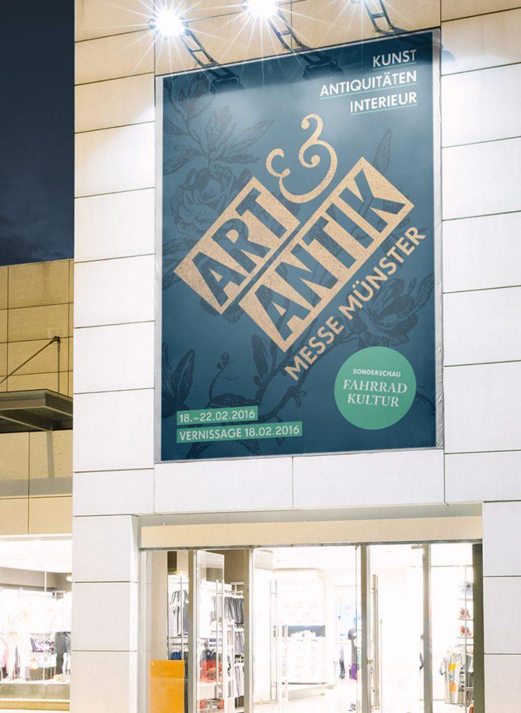 Eine große Banner-Installation an der Außenfassade eines Messegebäudes