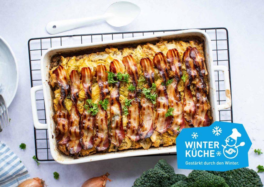 """Food-Foto von einem Auflauf mit dem Logo """"Winterküche – Gestärkt durch den Winter"""" ergänzt"""